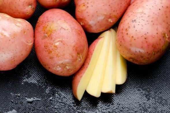 Розовая и красная картошка